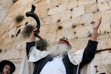 """""""SLICHOT"""" PRAYER SERVICE DURING THE DAYS OF       REPENTANCE PRECEDING YOM KIPPUR, AT THE WESTERN WALL IN     JERUSALEM'S OLD CITYäòéø éøåùìéí. áöéìåí, úôéìú """"ñìéçåú"""" ì÷øàú éåí äëéôåøéí, áëåúì äîòøáé            áòéø äòúé÷ä."""